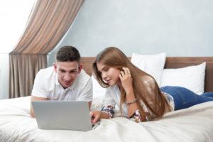 pareja frente a computadora